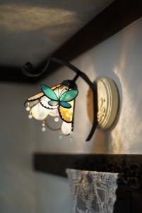 蝶々がとまっているイメージのステンドグラス